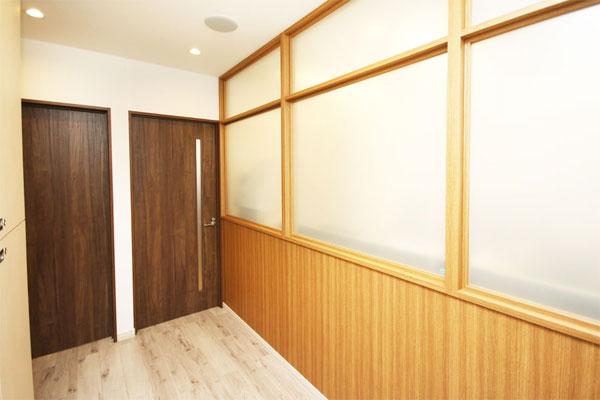 廊下(左扉が面談室)